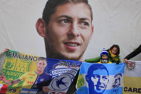 Cardiff supporters gather to pay tribute to Argentinian soccer player Emiliano Sala prior the French League One soccer match between Nantes against Bordeaux at La Beaujoire stadium in Nantes, western France, on Jan. 26, 2020. (AP Photo/Michel Euler)