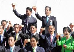 安倍晋三首相主催の「桜を見る会」で、乾杯する安倍首相(後列左)、公明党の山口那津男代表(同右)、菅義偉官房長官(中列右から2人目)=東京都新宿区の新宿御苑で2019年4月13日、代表撮影