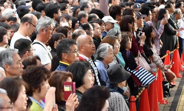 衆院選候補者の応援演説をする政党党首の話を聞く有権者たち=神戸市北区で2017年10月、猪飼健史撮影