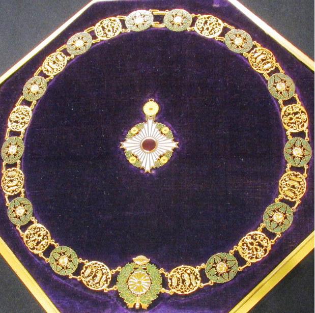 日本の勲章の最高位、大勲位菊花章頸飾(けいしょく)=国立公文書館で2016年5月、栗原俊雄撮影