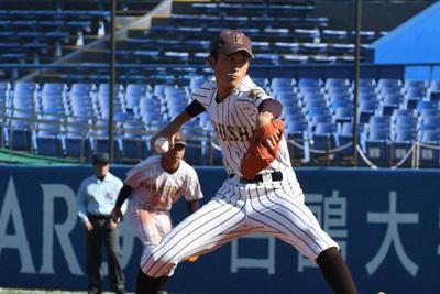 秋季都高校野球大会の決勝で力投する中西健登投手=新宿区の神宮球場で、2019年11月10日午後0時18分、川村咲平撮影