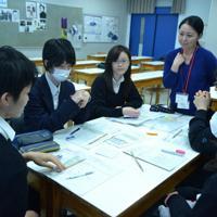新型出生前診断を受けるかどうか話し合う生徒たち=東京都渋谷区の青山学院高等部で