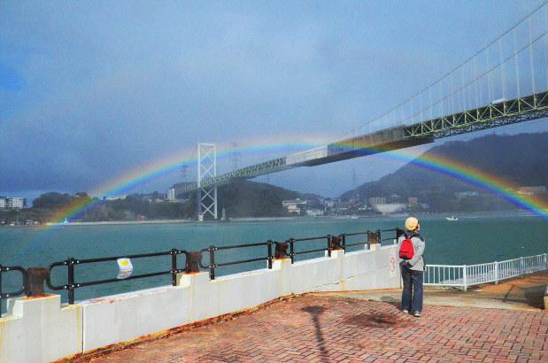 関門海峡をまたぐ虹 悪天続きの空にさす光の幻想「ご褒美もらったよう ...