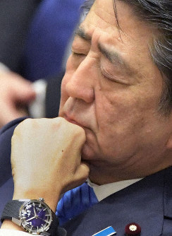 Prime Minister Shinzo Abe listens as a legislator asks questions about a graft scandal involving an integrated resort at a House of Representatives Budget Committee session on Jan. 27, 2020. (Mainichi/Masahiro Kawata)