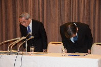 All Japan Band Association chairman Akio Marutani, left, and deputy chairman Eiichi Murayama are seen apologizing at a press conference convened to announce the discovery of embezzlement at the association, on Jan. 27, 2020, in Tokyo's Chiyoda Ward. (Mainichi/Buntaro Saito)