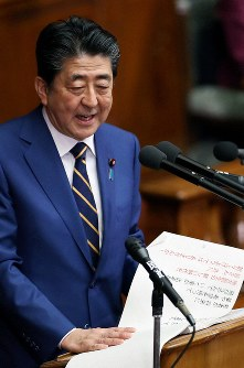 Prime Minister Shinzo Abe delivers a policy speech at a House of Representatives plenary session on Jan. 20, 2020. (Mainichi/Junichi Sasaki)