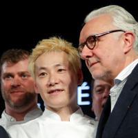 2020年のフランス版「ミシュランガイド」で、日本人シェフがパリで経営するレストランが最高ランクの3つ星を獲得した。写真は27日の授賞式で撮影した小林さん(2020年 ロイター/Charles Platiau)