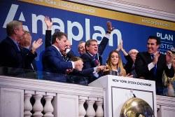 ニューヨーク証取で株式上場を喜ぶアナプラン経営幹部 Bloomberg