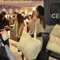 福袋を買い求める女性客らでにぎわう衣料品売り場=東京都渋谷区のSHIBUYA109で2020年1月2日、鈴木理之撮影