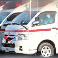 空港近くで待機する救急車両=羽田空港で2020年1月29日午前8時50分、長谷川直亮撮影