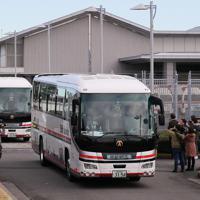 羽田空港を出る中国・武漢から帰国した日本人を乗せたとみられるバス=羽田空港で2020年1月29日午前10時52分、長谷川直亮撮影