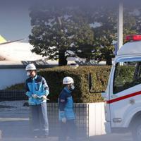 チャーター機が到着し、準備する救急車両=羽田空港で2020年1月29日午前8時48分、長谷川直亮撮影
