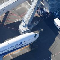 中国・武漢から到着したチャーター機=羽田空港で2020年1月29日午前9時38分、本社ヘリから藤井達也撮影