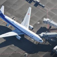 中国・武漢から到着したチャーター機=羽田空港で2020年1月29日午前9時22分、本社ヘリから藤井達也撮影