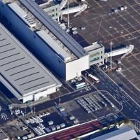 中国・武漢から到着したチャーター機(上)。下は待機する多数の救急車=羽田空港で2020年1月29日午前9時35分、本社ヘリから藤井達也撮影