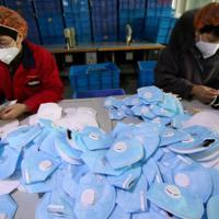 中国・北京市当局は29日、新型コロナウイルスによる肺炎の感染が広がる中、N95マスクの価格をつり上げていた薬局に300万元(約4720万円)の罰金を科すと発表した。写真は22日撮影の河北省でマスクを製造する様子。提供写真(2020年 ロイター/China Daily)