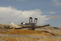 電力会社の自発的な使用中止を求める声も(RWEが褐炭を採掘するハンバッハ鉱山)(Bloomberg)