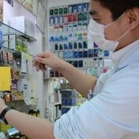 中国語で「マスクありません」と書かれた紙を張る従業員=東京都中央区で2020年1月30日午後3時27分、竹内麻子撮影