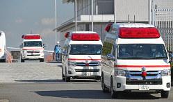 中国・武漢からの帰国者を乗せた日本政府のチャーター機第2便が到着後、羽田空港を出る救急車の列=東京都大田区で2020年1月30日午後0時3分、丸山博撮影
