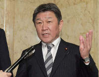 Foreign Minister Toshimitsu Motegi announces the government's plan to send a charter plane to Wuhan, China, on the night of Jan. 28, 2020, for Japanese nationals staying in the city and elsewhere to flee the area amid a coronavirus outbreak, at the Diet building in Tokyo's Chiyoda Ward earlier that same day. (Mainichi/Masahiro Kawata)