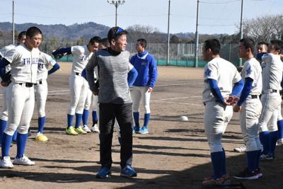 選手たちに指導する須田和人さん(中央)=福島県いわき市平の磐城高グラウンドで