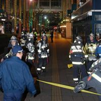 消防士らが出動し、一時騒然とした大丸福岡天神店周辺=福岡市中央区で2020年1月30日午後9時54分、矢頭智剛撮影