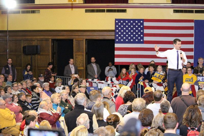 民主党のブティジェッジ前サウスベンド市長の演説に耳を傾けるアイオワの人々=アイオワ州エイムズで2020年1月13日、高本耕太撮影