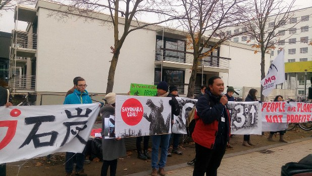 COP23会場外での日本に対する抗議デモ。日本語が大きく目立つ=筆者撮影