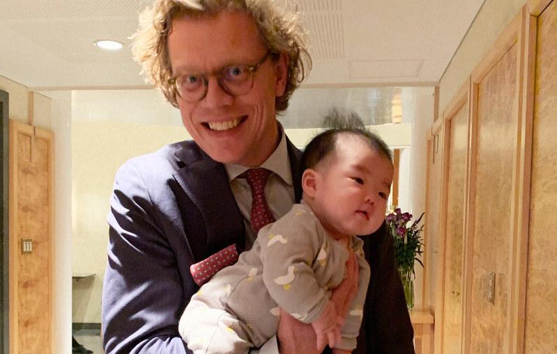「いつもこうやって子供を連れていた」と話すヘーグベリ大使=スウェーデン大使館で1月14日、石山絵歩撮影
