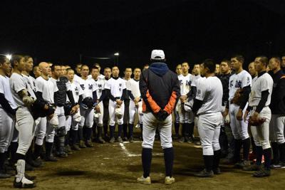 紅白戦後、反省点や課題を言い合う選手たち=善通寺市の尽誠学園グラウンドで、喜田奈那撮影
