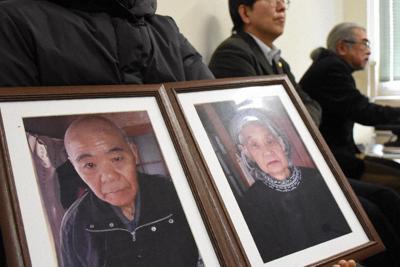 亡くなった大森仲男さんと勝子さんの遺影を手に記者会見に臨む長女(左)=松山市一番町4の愛媛県庁で、中川祐一撮影