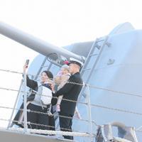出港を前に護衛艦「たかなみ」の甲板で家族と記念写真を撮る隊員=神奈川県横須賀市の海上自衛隊横須賀基地・逸見岸壁で2020年2月2日午前8時5分、玉城達郎撮影