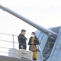 出港を前に護衛艦「たかなみ」の甲板で話をする隊員=神奈川県横須賀市の海上自衛隊横須賀基地・逸見岸壁で2020年2月2日午前7時58分、玉城達郎撮影