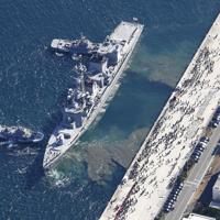 中東へ向け海上自衛隊横須賀基地を出港する海自護衛艦「たかなみ」=神奈川県横須賀市で2020年2月2日午前10時44分、本社ヘリから