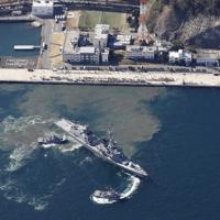 中東へ向け海上自衛隊横須賀基地を出港する海自護衛艦「たかなみ」=神奈川県横須賀市で2020年2月2日午前10時51分、本社ヘリから