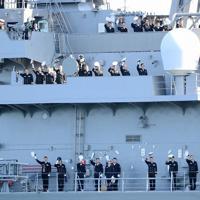 見送りの人たちに帽子を振る護衛艦「たかなみ」の乗組員ら=神奈川県横須賀市の海上自衛隊横須賀基地・逸見岸壁で2020年2月2日午前10時51分、玉城達郎撮影