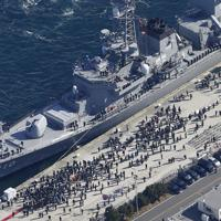 中東へ向け海上自衛隊横須賀基地を出港する海自護衛艦「たかなみ」を見送る大勢の人たち=神奈川県横須賀市で2020年2月2日午前10時40分、本社ヘリから