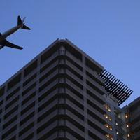 天王洲地区上空を飛んで羽田空港へと向かう旅客機=東京都品川区で2020年2月2日午後5時21分、北山夏帆撮影