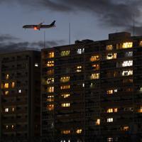 新しい飛行ルートで羽田空港へと向かう旅客機(左上)=東京都品川区で2020年2月2日午後5時44分、北山夏帆撮影
