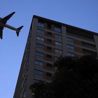 天王洲地区上空を飛んで羽田空港へと向かう旅客機=東京都品川区で2020年2月2日午後5時20分、北山夏帆撮影