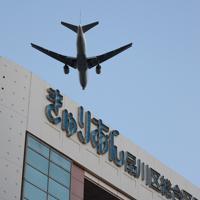 大井町駅周辺の上空を飛ぶ旅客機=東京都品川区で2020年2月2日午後5時3分、尾籠章裕撮影