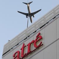 大井町駅上空を飛ぶ旅客機=東京都品川区で2020年2月2日午後4時55分、尾籠章裕撮影