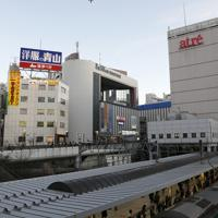 大井町駅上空を飛ぶ旅客機=東京都品川区で2020年2月2日午後5時、尾籠章裕撮影