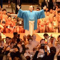 13カ国・地域から約1100人が集まった10回目の白鵬杯=東京都墨田区の両国国技館で2020年2月2日午前8時48分、黒川優撮影