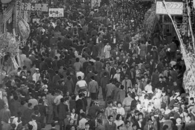 1962年の東京・浅草六区。映画館や劇場などが建ち並び、大にぎわいだった