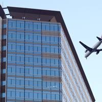 天王洲地区上空を飛んで羽田空港へと向かう旅客機=東京都品川区で2020年2月2日午後5時3分、北山夏帆撮影