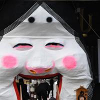節分の櫛田神社にお目見えした巨大なお多福面=福岡市博多区で2020年2月3日午前8時51分、上入来尚撮影