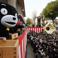 くまモンらが豆まきに登場した櫛田神社の節分大祭=福岡市博多区で2020年2月3日午前10時25分、上入来尚撮影