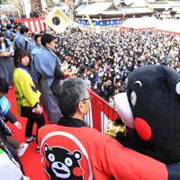 くまモンも豆まきに参加した櫛田神社の節分大祭=福岡市博多区で2020年2月3日午前10時23分、上入来尚撮影