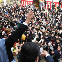 櫛田神社節分大祭の豆を威勢良くまく年男年女と手を伸ばす大勢の参拝客=福岡市博多区で2020年2月3日午前9時51分、上入来尚撮影